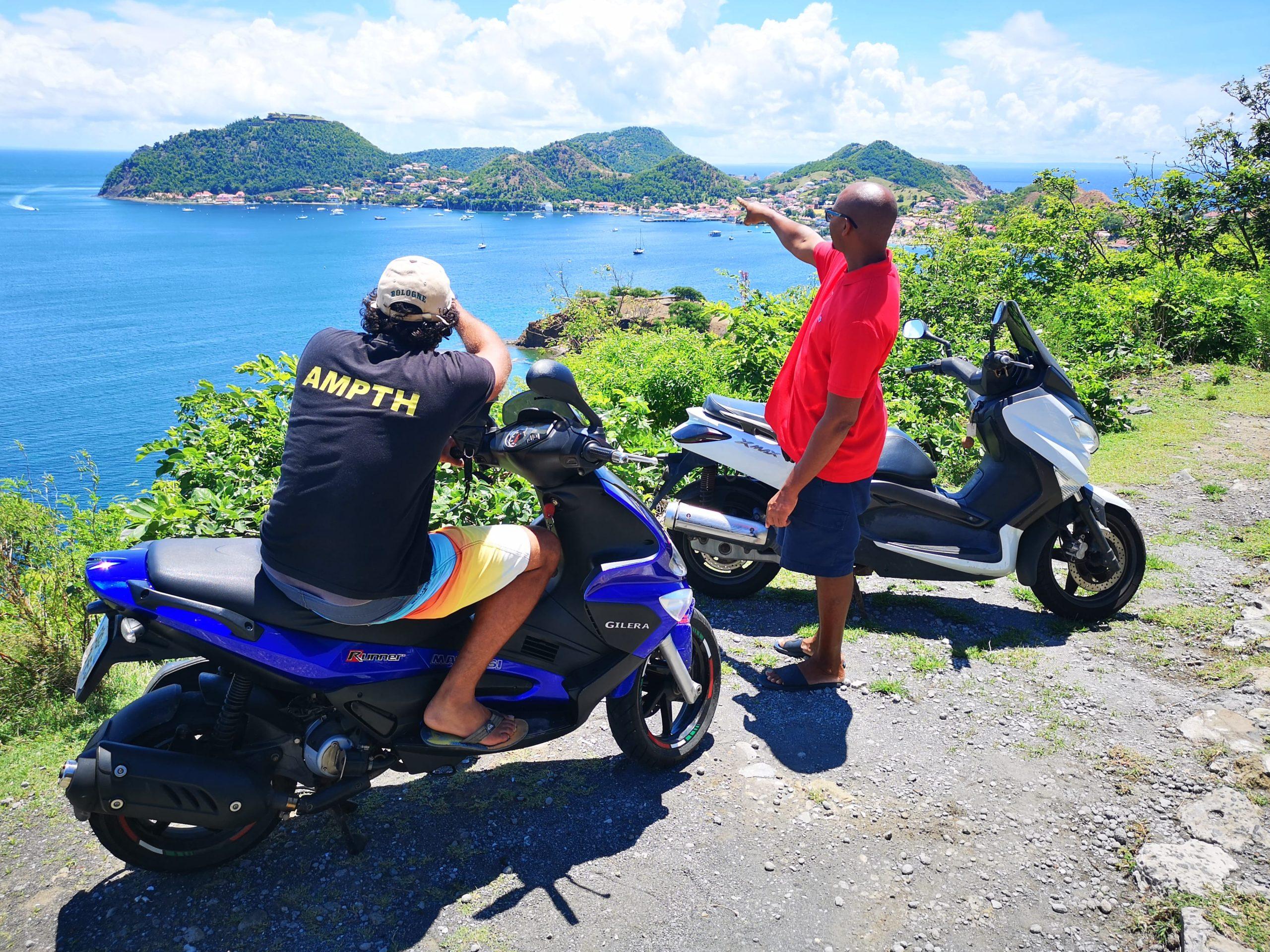 Touristes ayant loué des scooters devant la Baie des Saintes