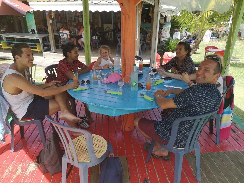 Touristes au restaurant via La Billetterie Saintoise à Terre de Haut, archipel des Saintes