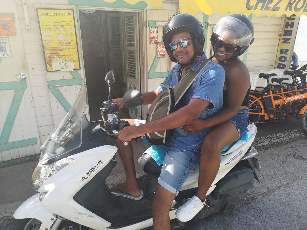 touristes louant des scooters vi La Billetterie Saintoise à Terre de Haut, archipel des Saintes