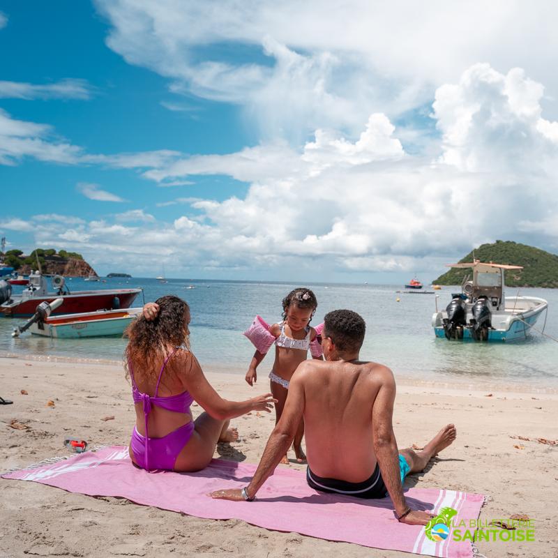 Touristes profitant de leur journée à Terre de Haut grâce au pack sur mesure