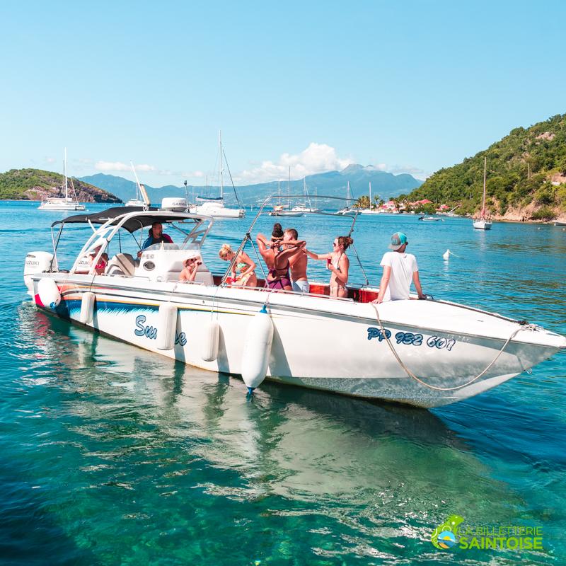 Touriste profitant de la location d'un bateau à moteur lors de la visite de la baie